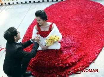 Парень подарил девушке платье из 9 999 роз