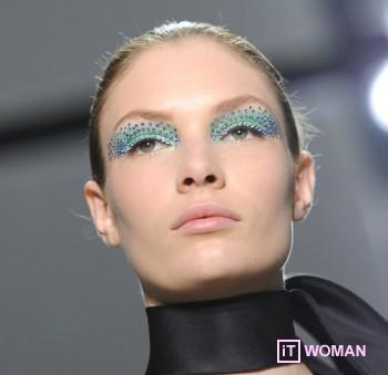 Сделай яркий макияж со стразами в Новому году!