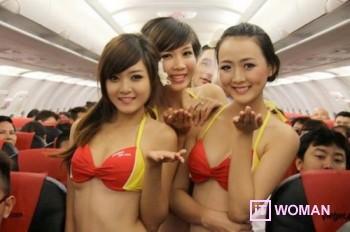 Танцы в бикини на борту самолета
